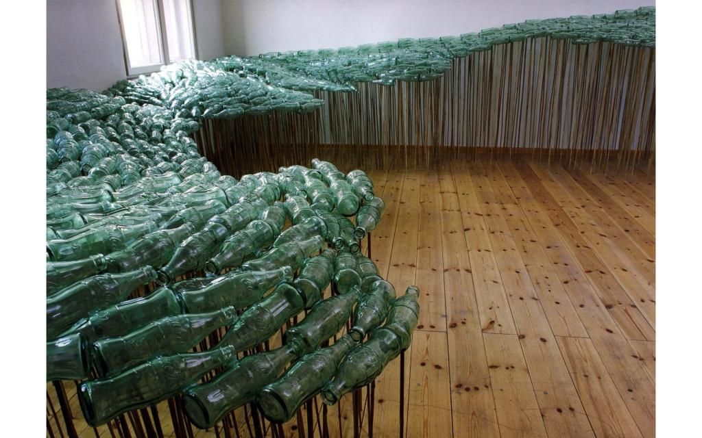 Renate Wiedemann - 14 Betrachtungen. »bottles in contact«, variable Installation